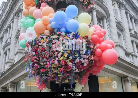 Opera Gallery de Londres, au Royaume-Uni. 17 mai, 2019. L'entrée de Fenwick fashion store à New Bond Street est décorée de fleurs et de ballons colorés Crédit: amer ghazzal/Alamy Live News Banque D'Images