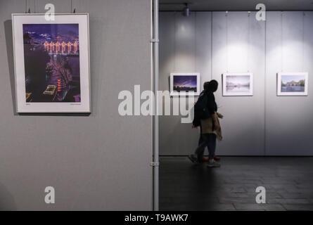 Berlin, Allemagne. 17 mai, 2019. Les visiteurs d'étudier les photos affichées au cours de la Culture et du tourisme de Nanjing semaines au Centre Culturel de Chine à Berlin, capitale de l'Allemagne, le 17 mai 2019. Credit: Shan Yuqi/Xinhua/Alamy Live News