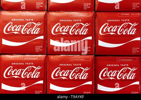 Los Angeles, CA, USA. Feb 11, 2019. Boîtes de Coca-Cola sont vus dans une épicerie à Los Angeles, Californie. Ronen Crédit: Tivony SOPA/Images/ZUMA/Alamy Fil Live News