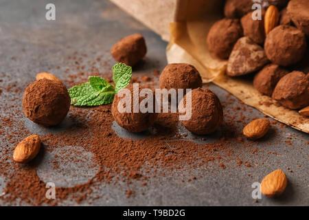 Truffes au chocolat savoureux sur table gris