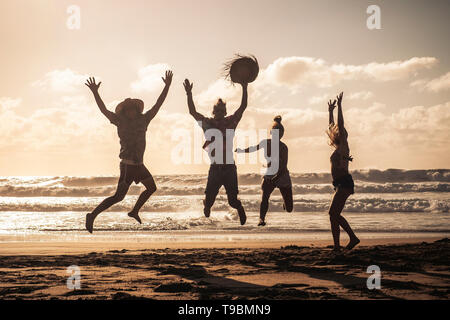 Coucher du soleil à la plage avec des professionnels Groupe de jeunes s'amusant - Saut d'amis sur des vacances locations de profiter ensemble dans l'amitié - Sandy l