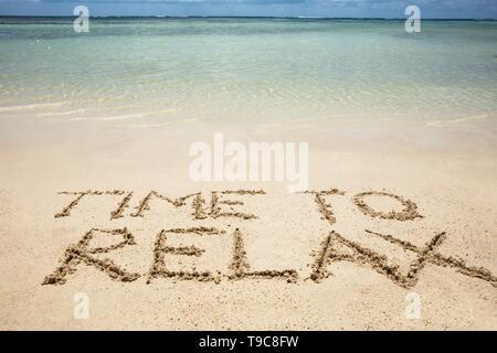 Le temps de vous détendre texte écrit sur le sable près de la côte à Beach Banque D'Images