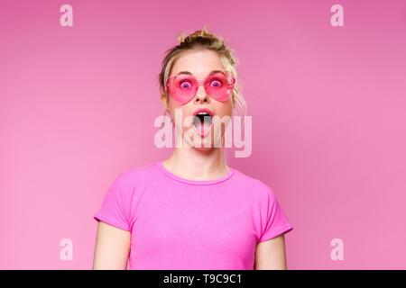Photo de surpris blonde en T-shirt rose