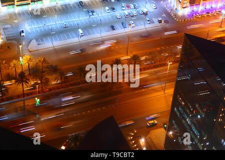 Le trafic important dans la nuit dans les rues de Riyadh, Arabie Saoudite Banque D'Images