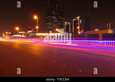 RIYADH, ARABIE SAOUDITE - le 17 décembre 2018: le trafic important dans la nuit au célèbre à Riyadh Olaya Street, près du centre au Royaume-Uni Banque D'Images