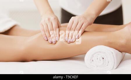 Massage sportif. Therapist Massaging Woman veaux, closeup Banque D'Images