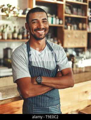 Portrait of male barista au comptoir de cafe