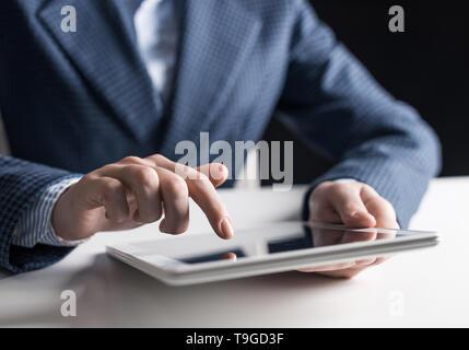 Homme de main de toucher de l'écran digital tablet