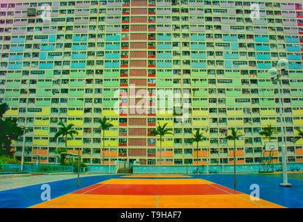 Les couleurs vives de la cour de basket-ball et les appartements de l'Choi Hung estate à Hong Kong Banque D'Images