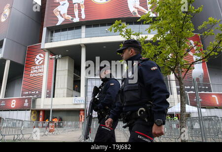 Vitoria Gasteiz (Espagne). 19 mai, 2019. VITORIA-GASTEIZ, ESPAGNE - 19 MAI 2019 : la police devant l'Fernando Buesa Arena lors de l'Euroligue de basket-ball 2019 Final Four. Valery/Sharifulin Crédit : TASS ITAR-TASS News Agency/Alamy Live News Banque D'Images