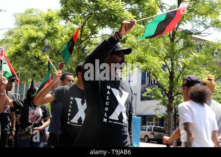 New York City, New York, USA. 19 mai, 2019. Les résidents de l'historique quartier de la ville de New York a célébré la vie et l'héritage de Malcolm X, le ministre musulman afro-américain et militant des droits de l'homme qui a été assassiné dans le quartier en 1965 avec une manifestation et une marche à travers les rues de Harlem le Dimanche, mai 19, 2019, marquant le 94e anniversaire de la naissance d'El Hadj Malik El Shabazz et a appelé à la cessation de toutes les activités commerciales par les magasins et les vendeurs de rue pour trois (3) heures dans le quartier. Credit: Ronald G. Lopez/ZUMA/Alamy Fil Live News Banque D'Images
