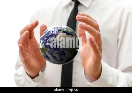 L'homme d'affaires mains tenant le globe de la terre.