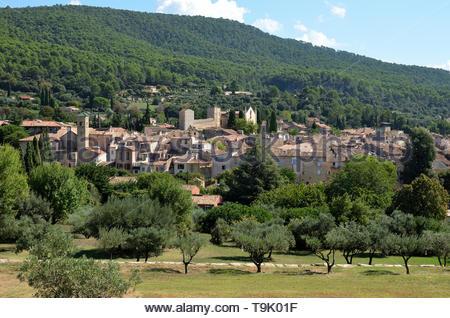 Belle vue de la ville de Aups dans le Var région de Provence, France. La ville est située au milieu d'une végétation luxuriante. Banque D'Images