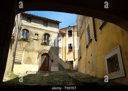 Vue panoramique de Monteggiori, un village pittoresque en Toscane, province de Lucques, en Italie.