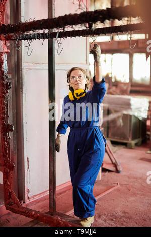 Femme travaillant à l'usine Banque D'Images