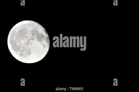 Close up of full moon avec fond noir sur le côté gauche de la photo avec copie espace Banque D'Images