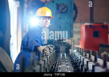 Employée à l'usine de production Banque D'Images