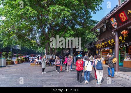 Les touristes sont à pied pour faire du shopping à Ciqikou ancient town, une destination touristique populaire sur Chongqing, Chine.