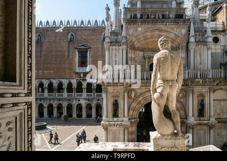 Venise, Italie - 18 avril 2019 cour intérieure du palais des Doges avec peu de visiteurs pendant la journée.