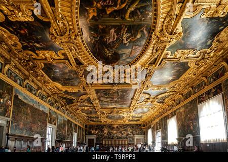 Venise, Italie - 18 avril 2019 la chambre du grand conseil à la Doge Palace avec les touristes. Détail du plafond.