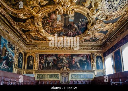 Venise, Italie - 18 avril 2019 Le Senat Salle au Palais des Doges avec le touriste. Détail du plafond.