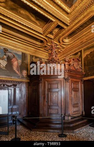 Venise, Italie - 18 Avril 2019 La boussole prix au Palais des Doges. La justice statue en bois et des portes.