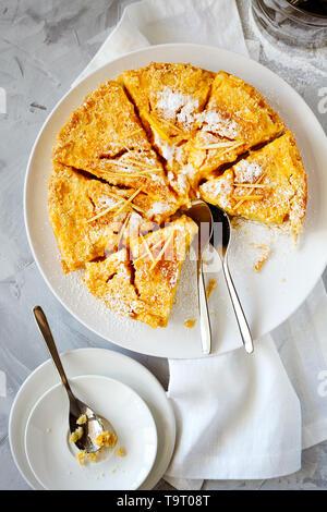Citron gâteau traditionnel anglais pudding avec citron et du sucre en poudre sur une assiette blanche sur un fond clair Vue de dessus.pâtisseries fruits maison