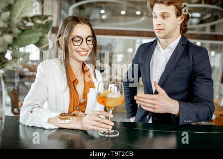 Partenaires d'affaires ayant réunion officieuse, boire ensemble quelques cocktails au bar Banque D'Images