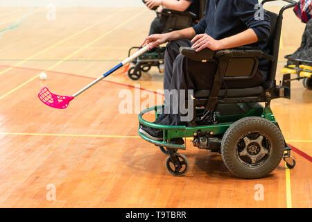 Les personnes à mobilité réduite sur un fauteuil roulant électrique jouant des sports, hockey powerchair. IWAS - fauteuil roulant International iwbf et