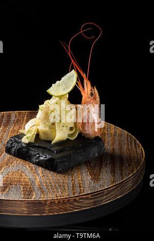 Mer Carbonara avec citron et crevettes roses sur fond de bois Banque D'Images