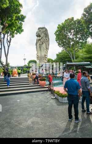 Singapour - Janvier 2019: statue du Merlion et les touristes sur l'île de Sentosa à Singapour. Merlion Singapour est le célèbre monument Banque D'Images