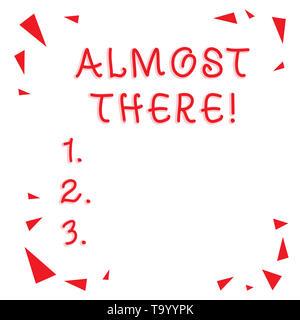 Signe texte montrant presque là. Photo d'affaires mettant en vedette bientôt ou presque fini avec un certain but ou tâche Confetti Rouge Pièces de verre Shrapnel Banque D'Images