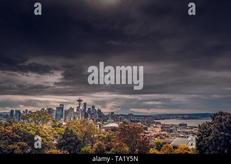 Seattle skyline avec le Space Needle et le mont Rainier dans l'arrière-plan de Kerry Park à Seattle, Washington, USA au cours de l'automne