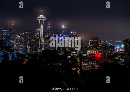 Seattle skyline sur une nuit nuageuse avec le Space Needle en premier plan de Kerry Park à Seattle, Washington, États-Unis