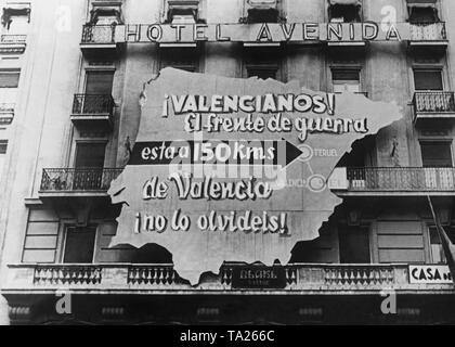 Photo d'une affiche de propagande du gouvernement républicain sous la forme d'une carte de l'Espagne sur la façade de l'Hôtel Avenida à Valence. Inscription: Communauté Valencienne. La bataille n'est qu'à 150 km de Valence. Ne l'oubliez pas! Teruel est marquée. Banque D'Images
