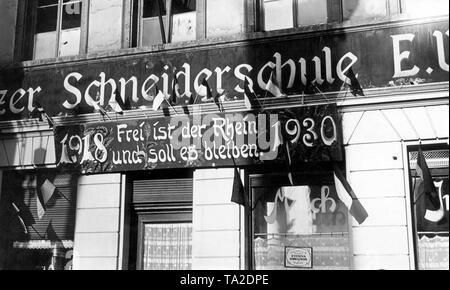 Ce signe a été affichée par les alliés à l'occasion de l'évacuation de la Rhénanie à l'adaptation scolaire: '1918 - Le Rhin est libre et c'est ainsi qu'restent-1930.'