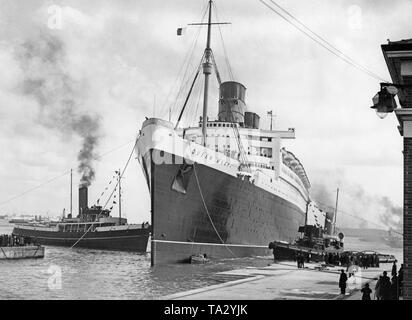 """La Cunard paquebot """"Queen Mary"""" est tiré du chantier naval en Ecosse à Southampton pour nettoyage de la coque dans le 'King George V' cale sèche après son premier voyage. Banque D'Images"""