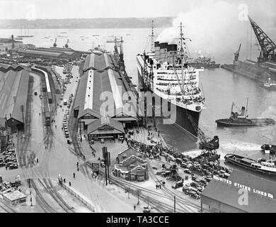 """Le """"Queen Mary"""" entre dans le port de New York pour la première fois après son voyage inaugural. Banque D'Images"""