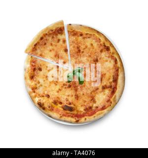 Pizza Margherita avec slice et basilic sur plaque, fond blanc Banque D'Images
