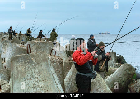 Les pêcheurs de la mer Pier, les pêcheurs sur la jetée, Baltiysk, région de Kaliningrad, Russie, le 21 mars, 2019 Banque D'Images