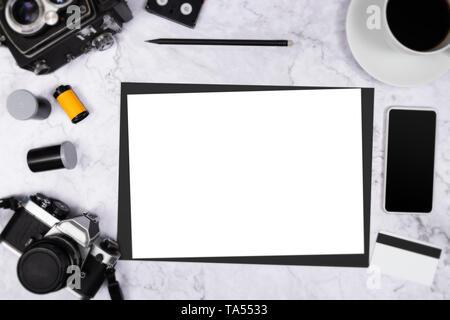 Mise à plat de l'appareil photo vintage sur fond de marbre blanc avec du papier blanc vide et photographie tool Banque D'Images