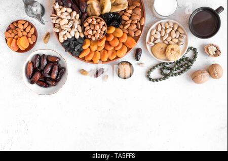 L'Iftar musulmanes traditionnelles de nourriture, l'espace de copie. Ramadan kareem avec des dates, des noix, des fruits secs et de café. L'iftar Ramadan food concept avec rosaire. Banque D'Images