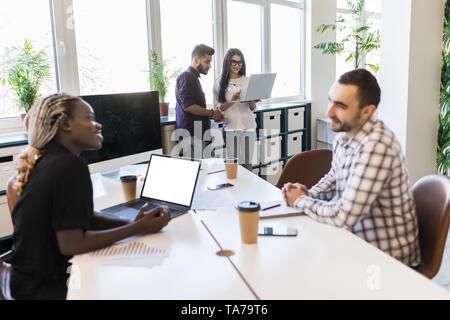Divers collègues assis en cercle, en parlant à la formation d'affaires avec l'entraîneur de l'équipe multiraciale, employés de discuter la stratégie d'entreprise, idées, impliquer