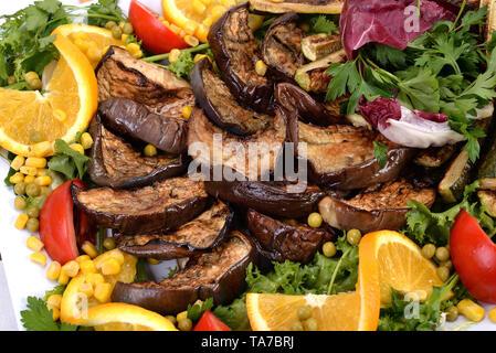 Plateau blanc avec aubergine et courgettes grillées Banque D'Images