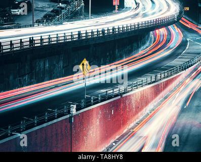 New York City street at night avec des voitures tout en légèreté, couleur tonique longue exposition photo, USA.