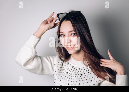 Portrait d'une belle jeune femme souriante dans les lunettes 3D sur fond blanc Banque D'Images