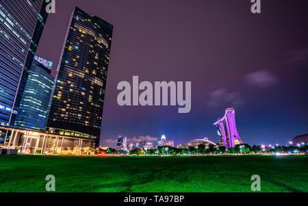 Singapour - 18 MAI 2019: Paysage urbain et moderne de Singapour ville financière en Asie. Nuit paysage du bâtiment d'affaires et l'hôtel. Jusqu'à voir Banque D'Images