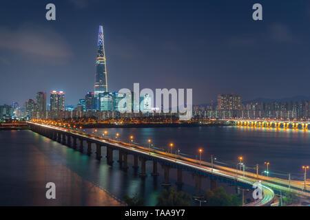 Coucher de soleil au crépuscule de la ville avec la rivière Han à Séoul, Corée du Sud. Banque D'Images