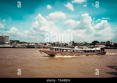 Janvier 2019 Bangkok Thaïlande taxi ferry bateau dans la rivière Chao Phraya à Bangkok, Thaïlande. Banque D'Images