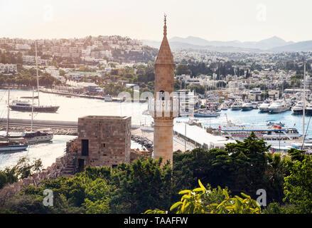 Mosquée avec tour au musée du château de Bodrum et vue de port en Turquie Banque D'Images